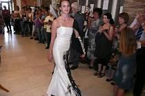 Ozdobou výstavy je kopie nápaditě řešených černobílých šatů s netradičními doplňky. Jejich originál byl červenokosteleckou školou vytvořen pro českou Miss 2010 Jitku Válkovou, která v nich vystoupila v Las Vegas na celosvětovém klání Miss Universe.