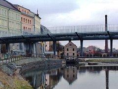 NOVÝ MOST PŘES LABE v Jaroměři už stojí. Nahradil starý, který předloni poškodila povodeň.