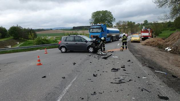 Nehoda dvou aut skončila zmačkanými plechy.