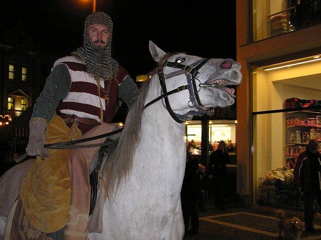 Zimní čas letos Martina předběhl a přišel už v půli října. Ve středu, když pak svatý Martin přijel do Náchoda na bílém koni, nebyla po sněhu ani památka.