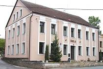NOVÝ KABÁT dostala Základní škola v Olešnici, ten ji zajistí nejen lepší vzhled, ale úspory v energiích.