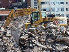 PO NĚKDEJŠÍ TEXTILCE už toho moc nezbývá. Jen hromady suti a poslední část stavby přiléhající k nové fabrice.