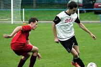 Fotbalisté jaroměřské rezervy (v červeném) si v neděli doma poradili s Malšovicemi.