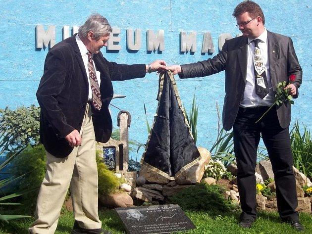 Ředitel muzea Karel Kašpar společně s velmistrem Magické lóže Milošem Malým odkryli památeční desku věnovanou Jaroslavu Zachovi.