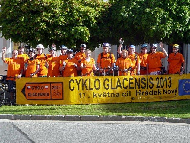 CYKLISTÉ, kteří včera odstartovali na Cyklo Glacensis z Nového Města nad Metují.