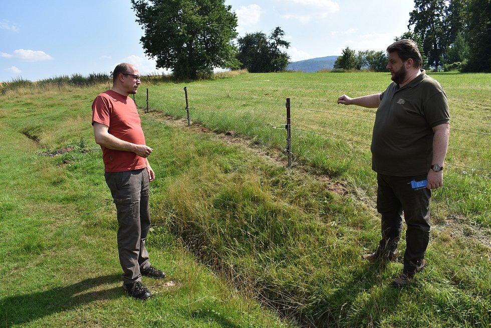 Kamil Zahradník z Lesnicko dřevařského vzdělávacího institutu elektrickou zkoušečkou ověřil, že ohrada pro ovce je pod ochranou elektrického ohradníku.