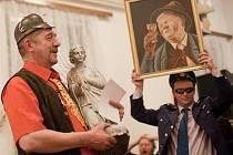 Putovní anděl a obraz vinaře opět na rok zůstavají ve vlastnictví obhájce loňského prvenství Miroslava Černého (vlevo).