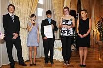 Cenu nadace Via Bona za školní dobročinnost získali studenti letošního čtvrtého ročníku a oktávy Gymnázia Broumov.