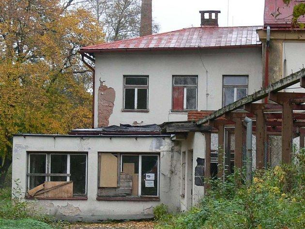 """Stávající lázně v Náchodě – Bělovsi budou po demoličních pracích a terénních úpravách sloužit jako relaxační  a welness zóna.  Nové lázně vzniknou  poblíž na """"Zelené louce""""."""