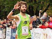 TŘETÍ VÍTĚZSTVÍ. Kamil Krunka vbíhá do cíle jednašedesátého ročníku silničního běhu Hronov-Náchod a na prstech ukazuje, kolikáté je to jeho vítězství.