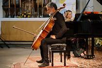 V bezděkovském kostelu sv. Prokopa se představil rezidenční umělec festivalu violoncellista Jiří Bárta a klavíristka Terezie Fialová. V jejich podání zazněla slavná díla Antonína Dvořáka.