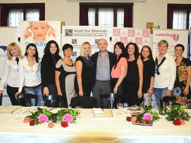 DESET FINALISTEK 5. ročníku soutěže Nej sestřička spolu s organizátorem akce Davidem Novotným.