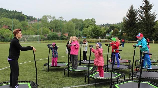 NA ŠEST stovek dětí z mateřských a základních škol si mělo možnost vyzkoušet sporty trochu netradiční, i když dnes velmi populární, jako je zumba či jumping.