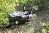 Auto sjelo ze stráně, vyprostili ho navijákem.