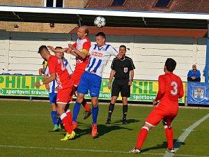 Zatímco před týdnem nasázeli divizní fotbalisté Náchoda (v modro-bílém) soupeři ze Slatiňan čtyři branky, o uplynulém víkendu vyšli v Turnově střelecky naprázdno.