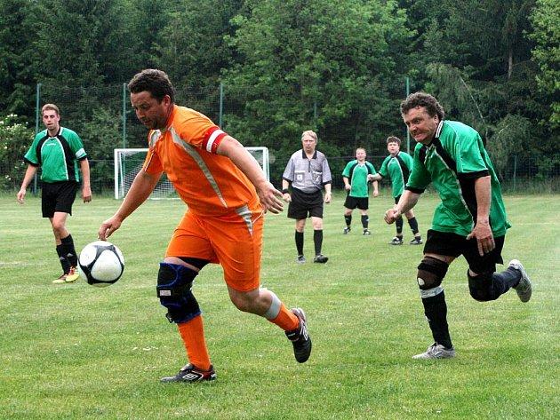 Fotbalisté Zábrodí (v oranžovém) trochu překvapivě doma porazili favorizovanou rezervu Velkého Poříčí.