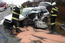 Nehoda na silnici I/33. Zaklíněnou osobu vyprošťovali hasiči