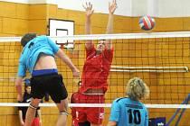 Hronovští volejbalisté (v červeném) zlomili prokletí s neoblíbeným soupeřem a po prvním prohraném zápase ten druhý vyhráli.