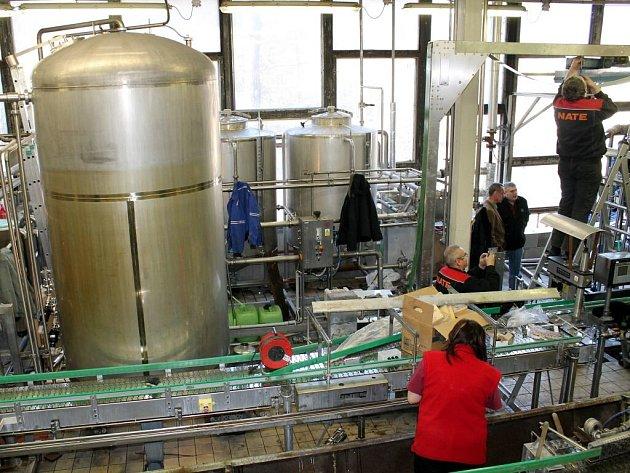 Pivovar Primátor obnovil technologii na stáčení piva do lahví.
