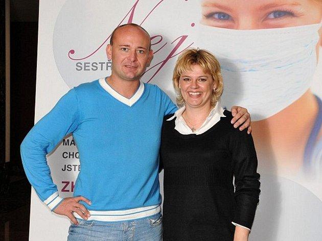 """DAVID NOVOTNÝ A ZUZANA NERMUŤOVÁ, 36letá zdravotní sestra z náchodské urologie, která bude reprezentovat v """"Batist Nej sestřičce"""" náchodský region."""