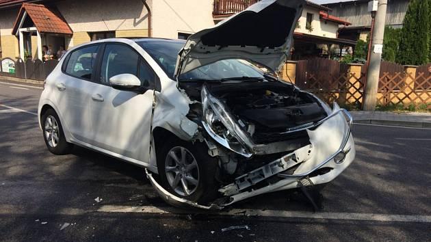 Čelní střet skončil zraněním, jedno z aut ještě narazilo do stromu.