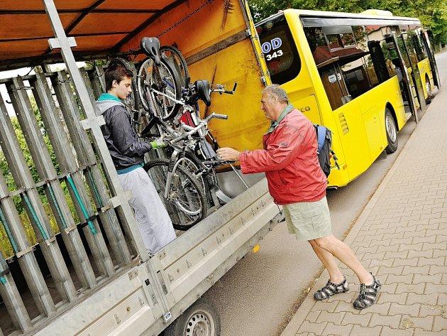 CYKLOBUSY LETOS DOJEZDILY. Linka na Pomezní boudy byla vytížená o několik procent více než v loňském roce. Naopak linka na trase Náchod Karlov Vambeřice, která vozila návštěvníky do srdce Stolových hor v Polsku, byla méně vytížená než v loni.