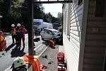 Ve voze zůstali zaklíněni dva lidé, z toho jedno bylo dítě.