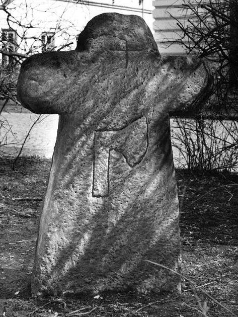 Monolitický kříž  s vytesanou sekerou najdete před radnicí v Josefově.