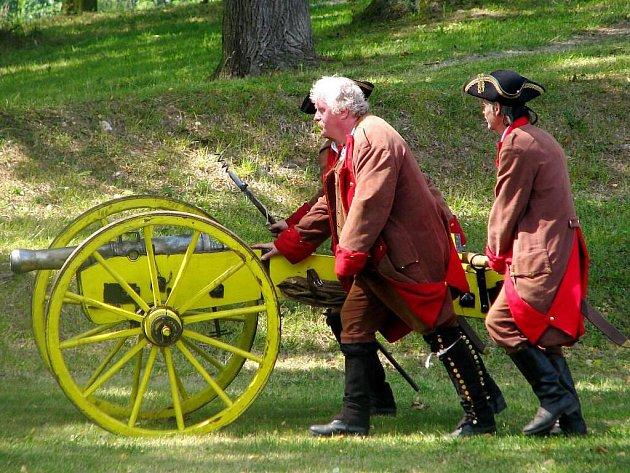 Pevnost Josefov dobývali vojáci a pro návštěvníky byl připraven pestrý doprovodný program.