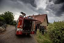 V Novém Městě nad Metují zasáhl blesk střechu rodinného domu.