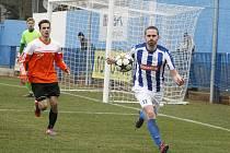 Náchodský Martin Malý krotí míč v zápase s Živanicemi.