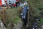 Auto v Polsku skončilo v příkopu nad potokem.