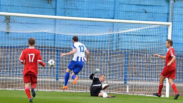 GÓL NA 1:0. Běžela teprve první minuta zápasu mezi Náchodem a Dvorem Králové, když D. Nejman připravil gólové zakončení pro kanonýra Malého (v modro-bílém).
