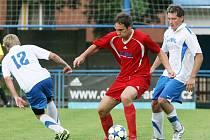 FOTBALISTÉ Jaroměře (v červeném) potvrdili parádní jarní formu i v krajském poháru, v němž podlehli až ve finále.