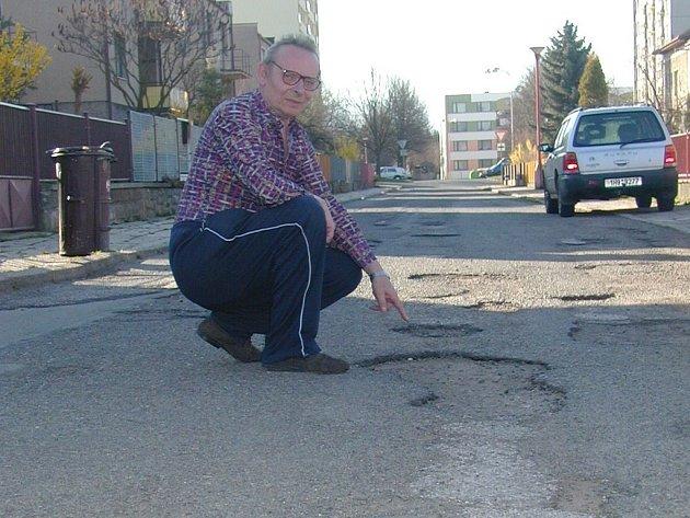 Obyvatel ulice Pod Klůčkem František Jareš ukazuje špatný stav komunikace. Při deštivém počasí je vše ještě několikrát horší, neboť se zde tvoří veliké kaluže.