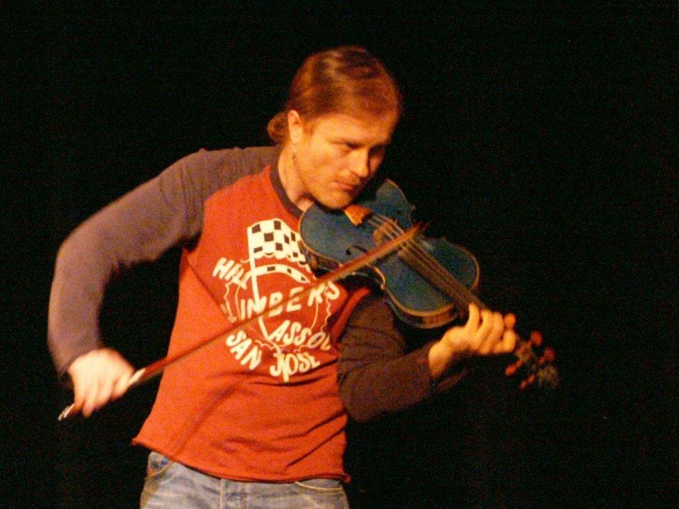 Houslista Pavel Šporcl  v divadle mimo jiné bravurně zahrál Bacha či Paganiniho.