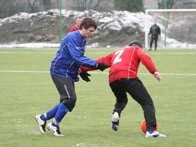 Disciplinovaný výkon nepomohl Milanu Šťavíkovi (vlevo) ani celé náchodské rezervě k bodům z půdy Nové Paky.