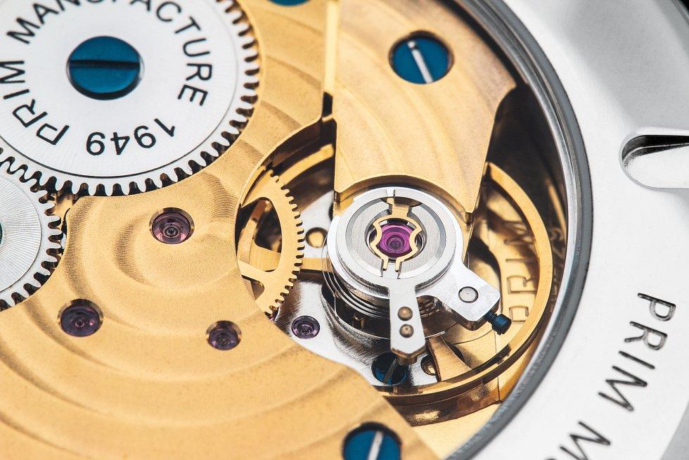 Na zadním dýnku jsou kromě čísla limitované edice vyryty tři letopočty - revoluční roky 1918 a 1989 a také 2019 - rok výroby limitované edice. Prosklené víko umožňuje pohled na in-house strojek PRIM kalibr 93 s ručním nátahem.