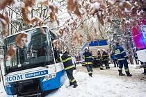 Odpoledne před druhou hodinou se u Trubějova směrem na Olešnici u Červeného Kostelce střetl autobus s nákladním autem.