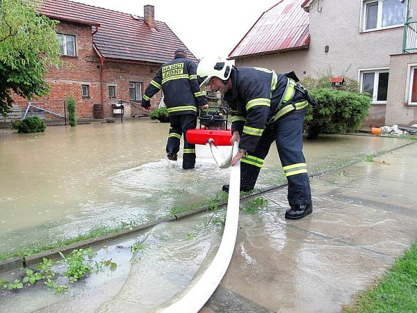 Po nočním vydatném dešti osobě dala voda opět vědět. Tentokrát vobci Jasenná uJaroměře.
