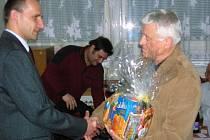 Výbor Okresního volejbalového svazu nezapomněl ani letos na jubilanty, dárkový koš si tak odnesl i sedmdesátiletý Jiří Teplý (vpravo).