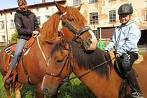 PREMIÉRU NA HUBERTOVĚ jízdě měla Anežka Přibylová (vpravo), která sedlala Berinu. Vlevo Robik s jezdkyní Jitkou.