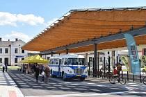 Kromě pěti autobusových zastávek, jež bude využívat přes 200 spojů, je součástí terminálu záchytné parkoviště pro zhruba 90 automobilů a dominantou je prosklená automatizovaná cyklověž, kde si za pětikorunu budou moci cyklisté bezpečně uschovat kolo.