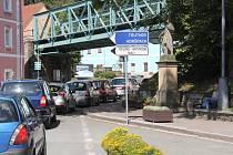 PARKOVIŠTĚ V ADRŠPACHU se zaplní poměrně rychle. Další stovky automobilů jsou ale na cestě do skal,  a ty už nemají kde zaparkovat. Situace, která se jenom v minulém  týdnu opakovala pět dnů za sebou...