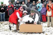 """Recesistická akce """"Sjezd na čemkoliv"""" se konala na Silvestra v Červeném Kostelci."""