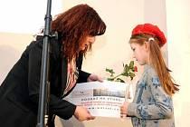 ŠÉFREDAKTORKA redakce Náchodského deníku Pavla Schwingerová předává Hvězdě Deníku, Nikole Valentové, poukaz od společnosti Centrum Walzel Meziměstí.