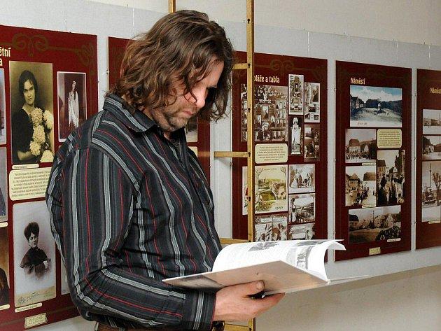 """K trojitému výročí uspořádal v Čapkově sále hronovský Aeroklub výstavu pod názvem """"O létání U nás"""", která mapuje činnost klubu od založení až po současnost."""
