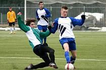 NÁCHODŠTÍ dorostenci (v modro-bílém) protáhli svou vítěznou šňůru už na patnáct zápasů.