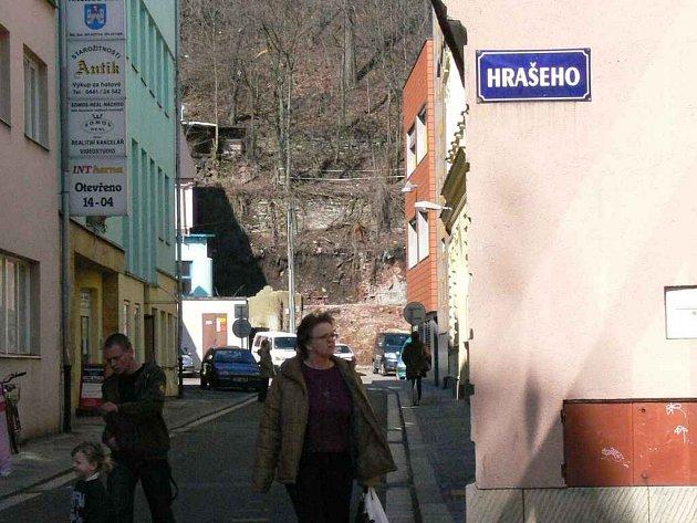 Nejkratší ulice v Náchodě nese jmého učitele Jana Karla Hrašeho. Brzy bude osazena pamětní deskou vztahující se k této osobnosti.