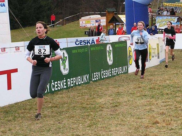Závod žákyň opanovala novoměstská Zuzana Rousková, na třetím místě pak dobíhá její oddílová kolegyně Alena Ulrichová